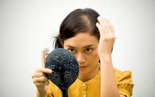 Причины выпадения волос у женщин: лечение и рекомендации