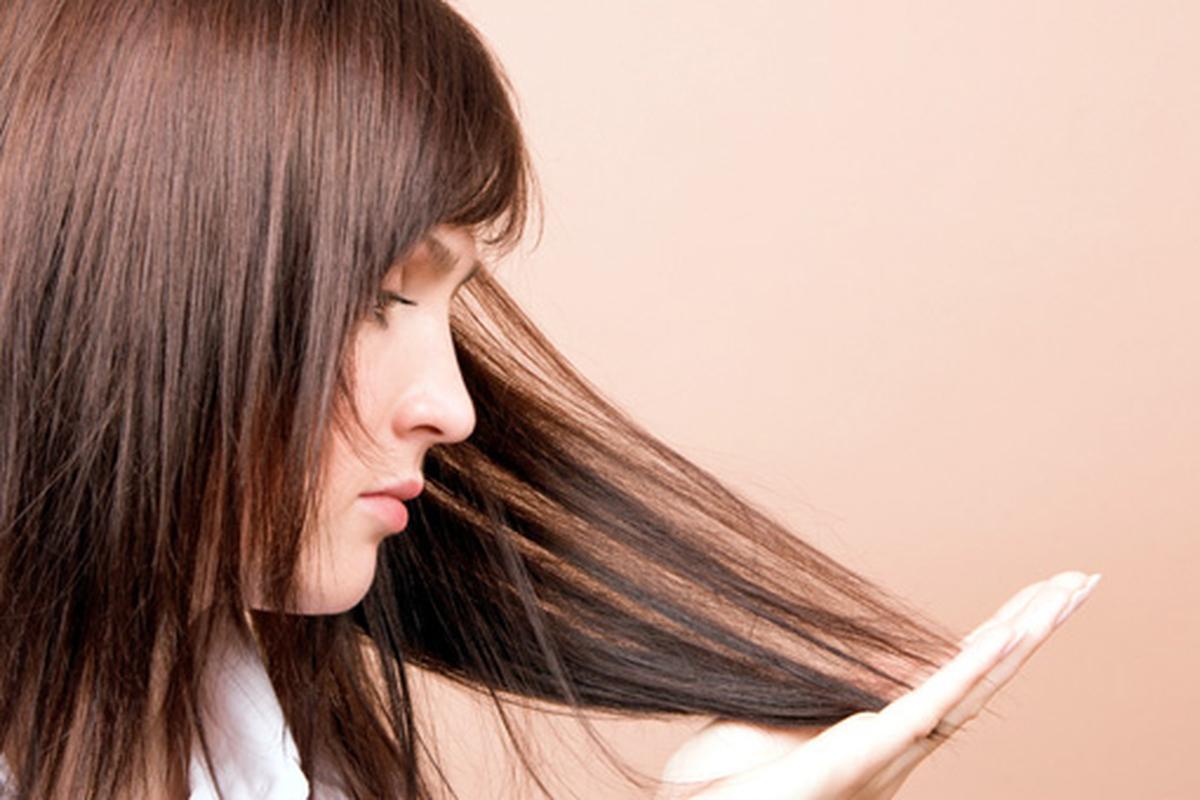 Отчего выпадают волосы в больших количествах у женщин и чем лечить?
